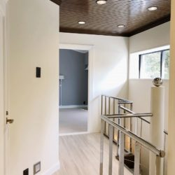 上階の廊下。窓からの明かりが入り明るい廊下です内装